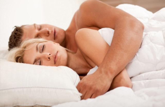 Casais que dormem juntos são mais felizes.