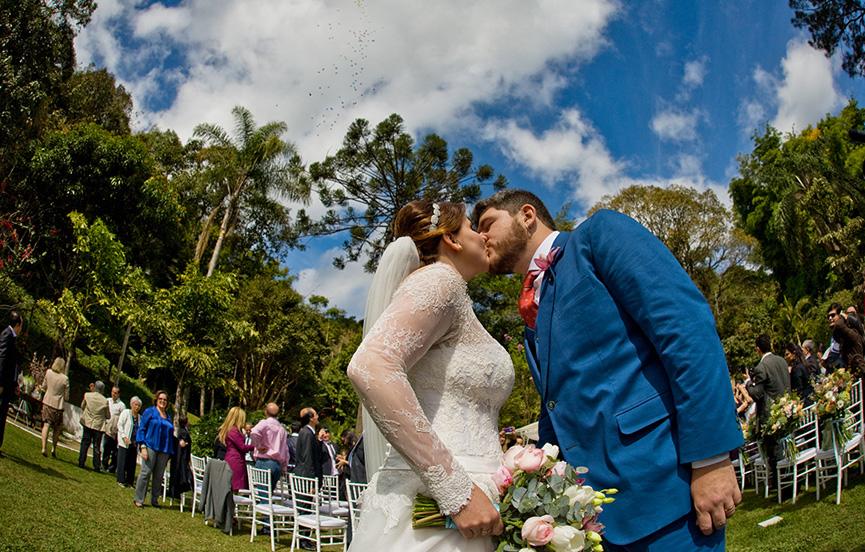 Beijo recém-casados com balões no céu