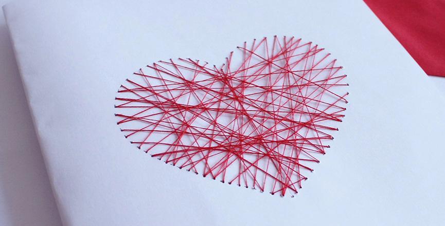 Cartão com coração costurado
