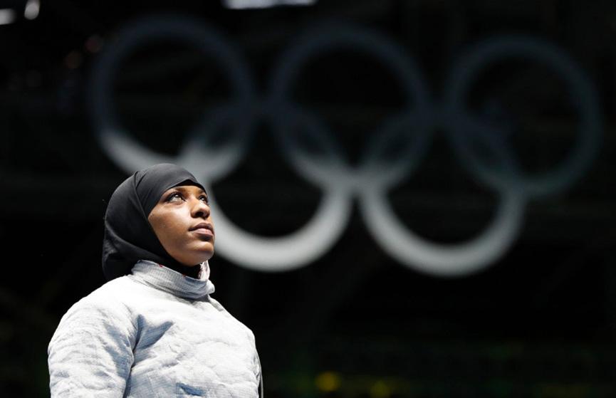 Ibtihaj Muhammad dos Estados Unidos aguardando pela disputa contra a ucraniana Olena Kravatska na esgrima