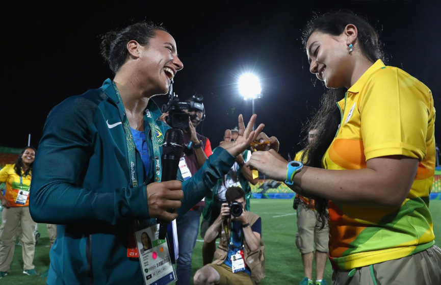 Marjorie Enya propões casamento para Isadora Cerullo do time de Rugby do Brasil