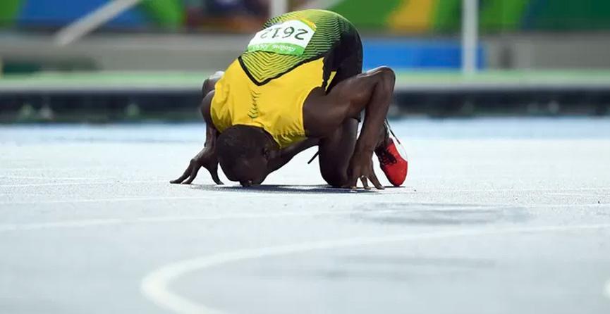 Bolt beija o chão do Engenhão - Rio 2016