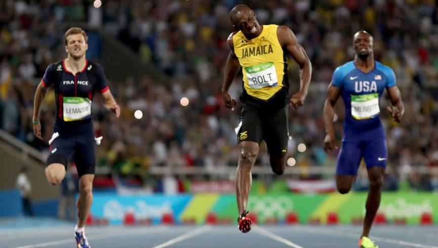 Bolt cruza a linha de chegada nos 200 metros