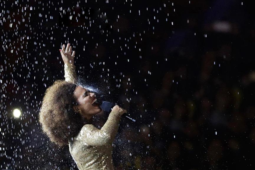 Mariene de Castro canta enquanto a pira olímpica se apaga - Rio 2016