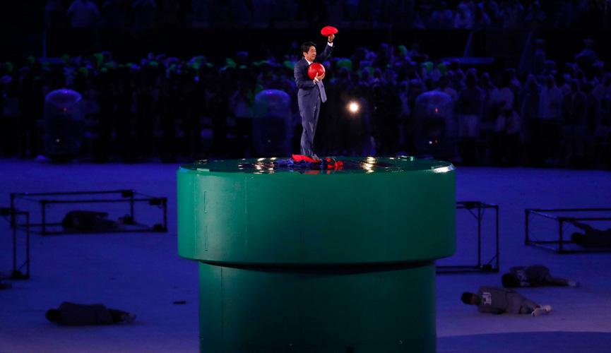 Primeiro ministro japonês vestido de Mario