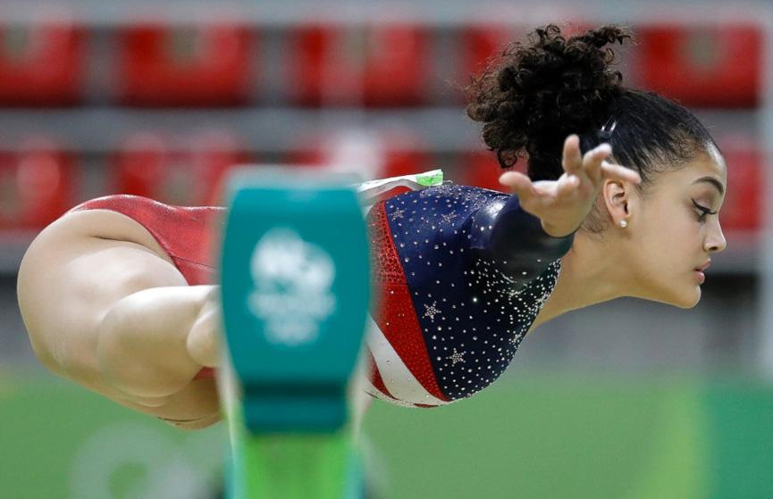Lauren Hernandez se equilibra durante a apresentação de ginástica