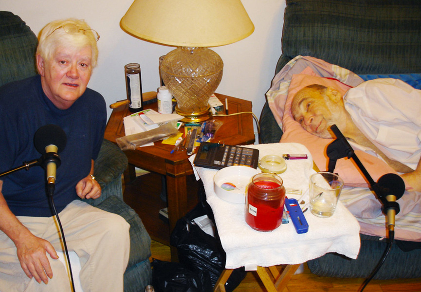 O casal gravando o último depoimento para a rádio