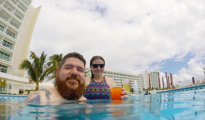 Na piscina do Hotel Krystal Cancun