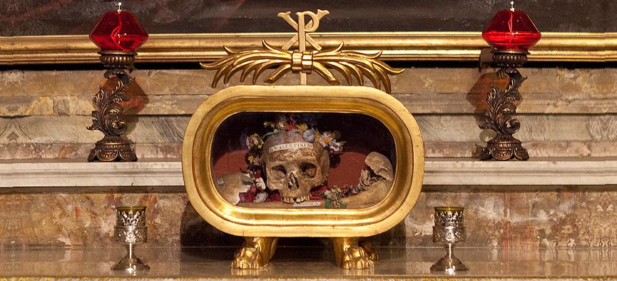 crânio de São Valentim, exposto na Igreja Santa Maria em Roma.