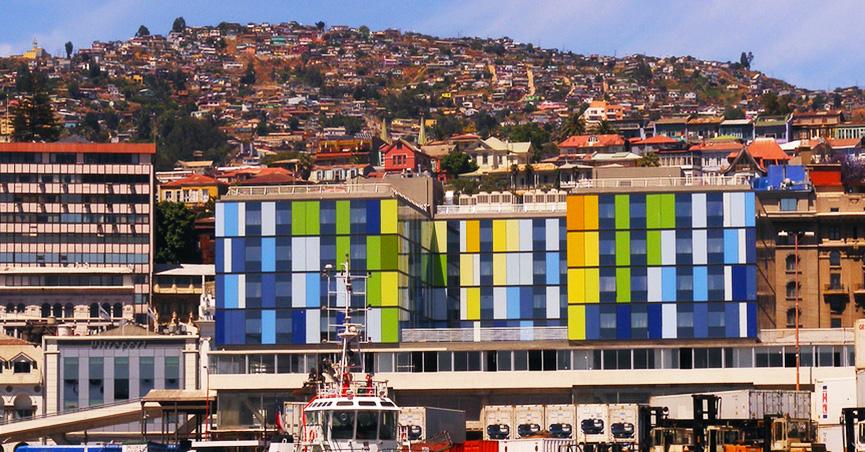 A fachada do Ibis Valparaíso chama atenção por suas cores.